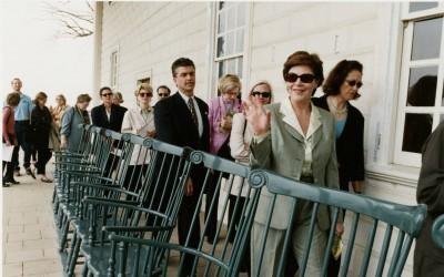 First Lady Laura Bush and the Austin, Texas Garden Club arrive on the piazza at Mount Vernon in 2001. (MVLA).